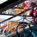 Nepřipravené návštěvníky nákupního centra občas jezdec, vyřítivší se zpoza zatáčky přímo na zastavené schodiště, dost vyděsil