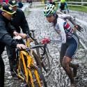 Její reprezentační kolegyně Nikki Harris ji stíhala marně i na čistém kole, ME v cyklokrosu 2013 (her)