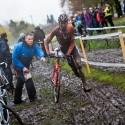 Mathieu Van der Poel přebírá čisté kolo v depu, ME v cyklokrosu 2013 (her)