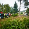Diváci sledují průjezd zajímavým místem - přeskokem hlavní silnice na Pindule