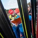 Ondřej Moravec je zabrán do zkoumání výsledků kvalifikace, biatlonová exhibice 2014
