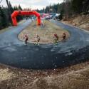 Úvodní a zároveň předposlední zatáčka celého čtyřsetmetrového okruhu, biatlonová exhibice 2014