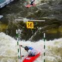Čínská hlídka vypadá jak závod klonů - stejné lodě, stejně zarputilý výraz, černá pádla, jen helmy se liší, IFC canoe slalom World Cup 2014 – Prague