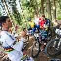 """Tomáš Slavík vysvětluje riderům, jak bude závod probíhat: """"Prostě pojedete za mnou."""" JBC 4X Revelations 2014"""