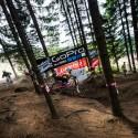 Do lesní pasáže rideři vjížděli v plné rychlosti, JBC 4X Revelations 2014