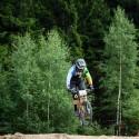 Angličan David Robert těsně za výjezdem z lesa, JBC 4X Revelations 2014