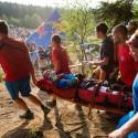 Hannes Slavik vletěl do lesa doslova po hlavě, takže místo na kole opustil závod v nosítkách a později i vrtulníkem. Podezření na zlomeniny se naštěstí nepotvrdila, JBC 4X Revelations 2014