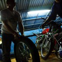 Jezdci jsou na autogramiádě, mechanici balí