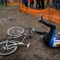 Když se přední kolo zakousne do koleje vyryté v bahně, nemůže to dopadnout jinak