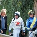 124. Velká pardubická steeplechase, zleva trenér Wroblewski, Jan Faltejsek zase napodobuje koně a Dušan Andrés (syn)