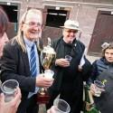 122. VPCP 2012 (syn), vítězný trenér Wroblewski dostal v paddocku dávku šampaňského
