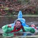 Závodník ještě netuší, že na něj zezadu útočí delfín. Turman 2012 (syn)