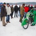 Tankování Běhalovy motorky probíhalo pod bedlivým dohledem diváků-odborníků (can)