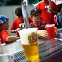 Byl třetí zápas prvního dne turnaje. Dopoledne zaplnili hlediště především malí diváci ze základních škol. Do teď se prodalo asi 10 piv a 150 malinovek.