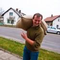 Šlambor mladší táhne tátův pytel pšenice k autu