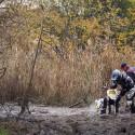 Tento dobrodinec pomáhal závodníkům tahat stroje z bahna tak dlouho, až odešel v jedné botě.