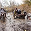 Vyprošťování motorky z bahna